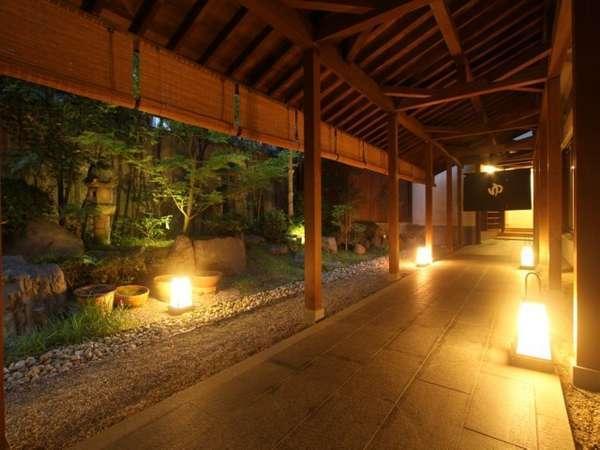 湯屋へは行燈が灯る渡り廊下をお進みください。