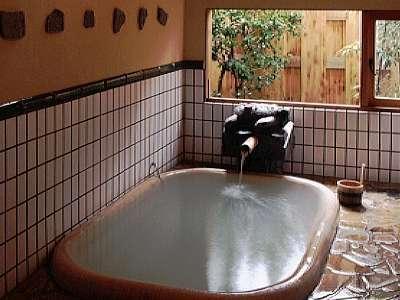 湯の花の重曹かけ流しが楽しめる貸切家族風呂