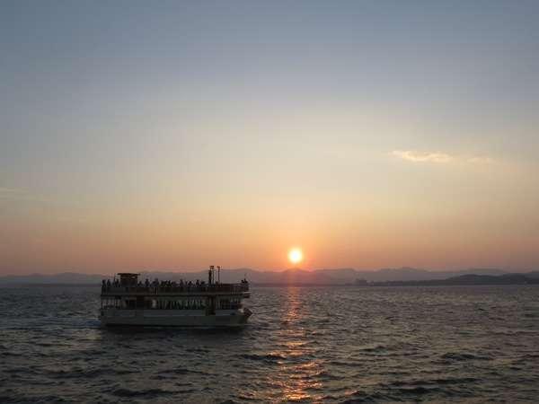 浜名湖遊覧船サンセットクルーズ。舘山からの遊覧船と夕日。