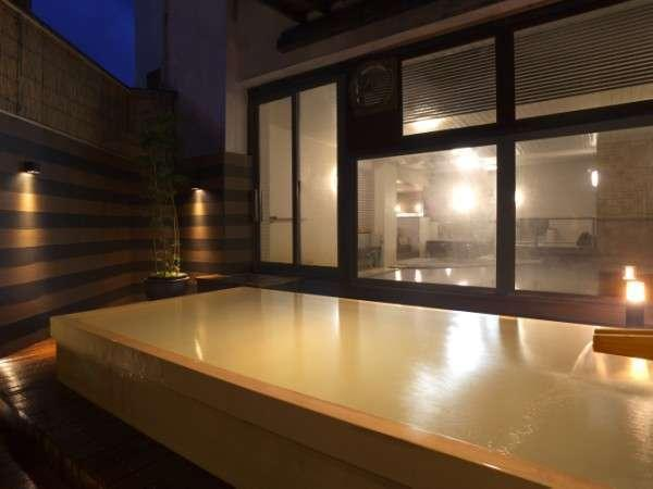 湯畑源泉が掛け流されている夕刻の露天風呂「恵」(檜浴槽)