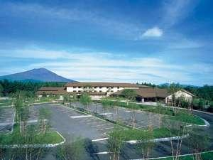 標高1300mに位置する軽井沢高原。雄大な浅間山の景観が眼前に広がります!