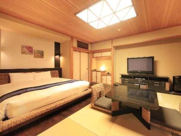 ダブル和洋室2間タイプ。琉球畳とシモンズのベット組み合わせがお寛ぎ感抜群でございます。