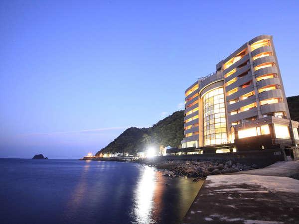 ホテル外観。目の前には相模灘が広がる全室オーシャンフロント。