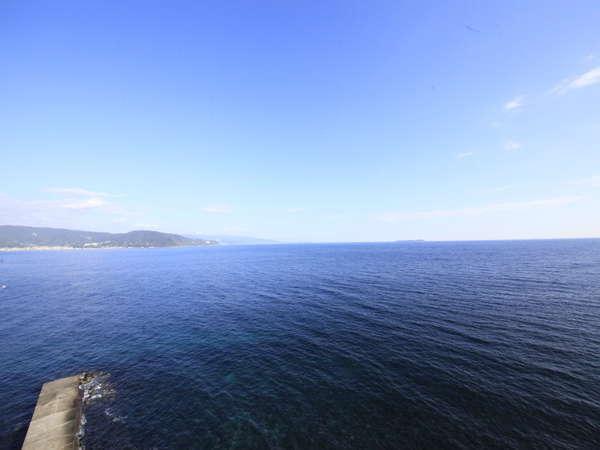 穏やかな天気の相模灘。伊東湾対岸の宇佐美越しに東京湾方面の景色