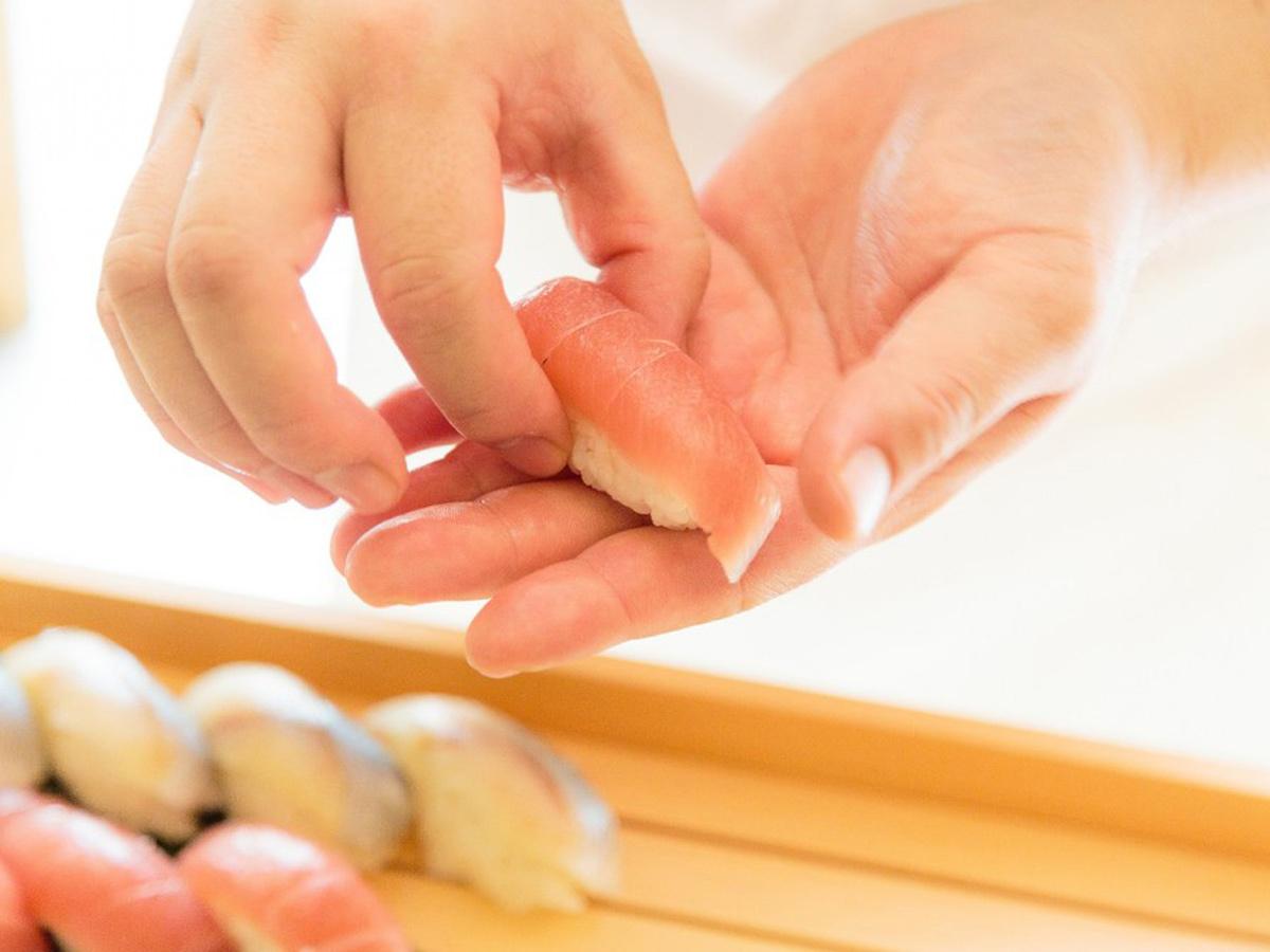 お寿司は旬のネタを実演で!