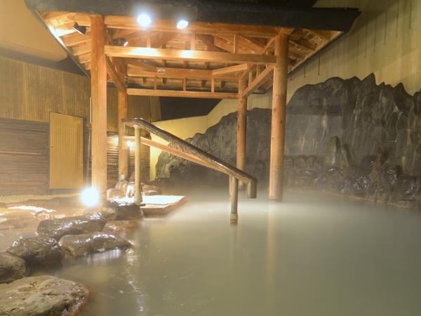 【夜の露天風呂】白濁の湯がライトに照らされて、幻想的な雰囲気に。夜のひとときを楽しんで。