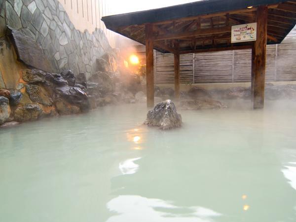 【露天風呂全景】この柔らかな泉質をあなたのお肌でお試しください。
