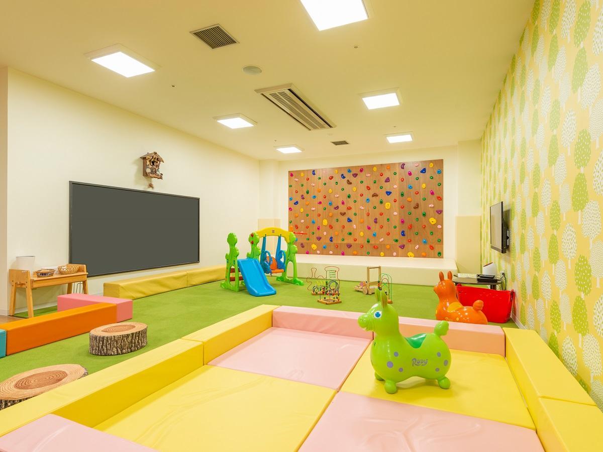 【キッズスペース】大きな黒板とボルダリングで遊べます!!