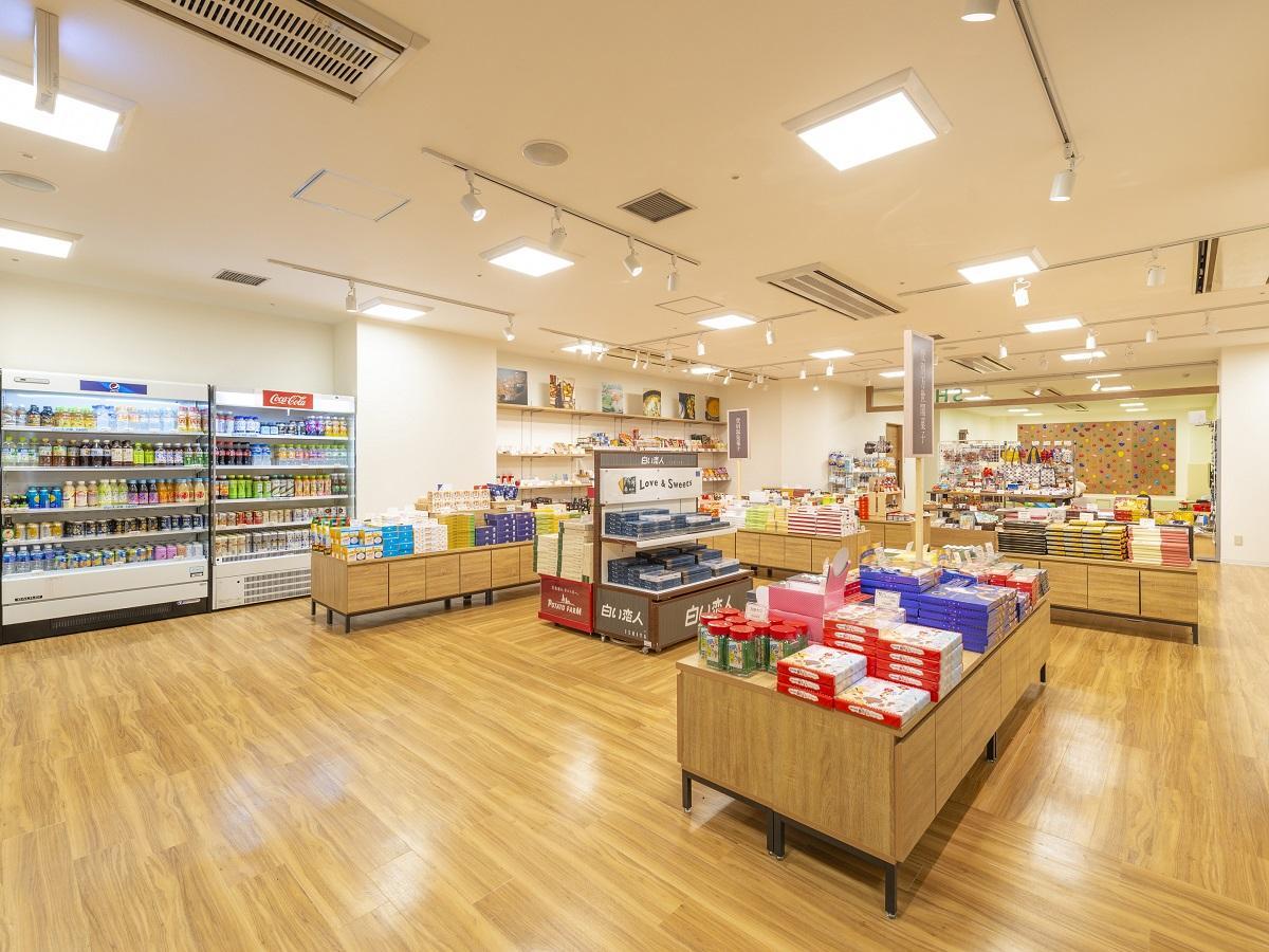 【売店】登別銘菓や特産品をはじめ、約1000種を超える商品を取り揃えています