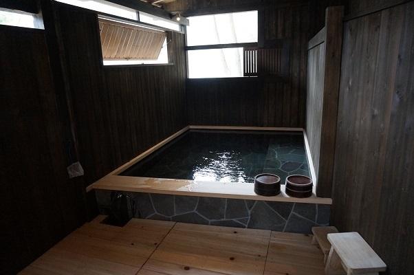 『貸し切り専用露天風呂・岩の湯』貸切風呂は2カ所ございます。大自然の中、川のせせらぎを聞きながら、貸切でゆっくり、のんびり
