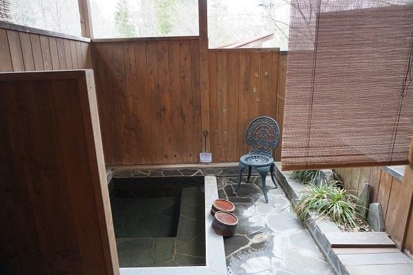 『貸し切り専用露天風呂・石の湯』貸切風呂は2カ所ございます。大自然の中、川のせせらぎを聞きながら、貸切でゆっくり、のんびり