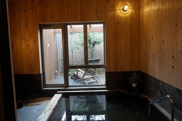 『花敷の湯・内湯』男性風呂は檜の湯縁で周りは総檜、女性風呂は石の湯縁で周りは総檜で出来ております。(リニューアルしてウッドデッキテラスを設置しました。)