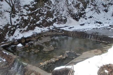 【冬】冬になりますと雪景色になり、幻想的な雰囲気。  実は常に入れるので雪見の露天風呂が人気です、凍結の為足下には十分 お気を付け下さい。