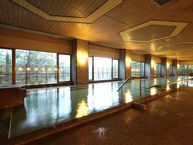 男子大浴場「白根」「万代鉱・西の河原混合源泉」の約20メートルにおよぶ大浴場です。