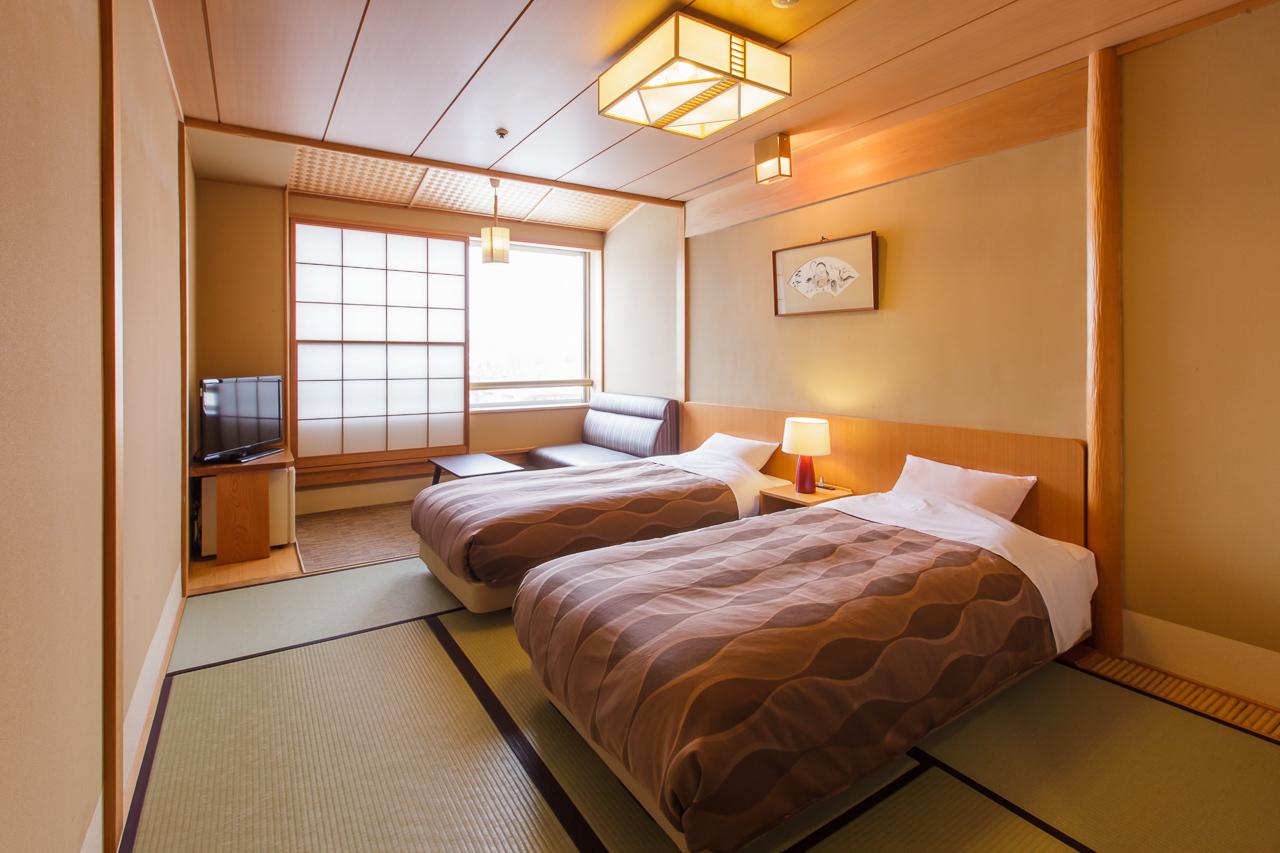 【本客殿・和室ツイン】和室ツインタイプの客室は和室にベッドを配置したツインルームのお部屋です。ベッドは、高級ホテルで使用されている、シモンズベッドを使用しております。