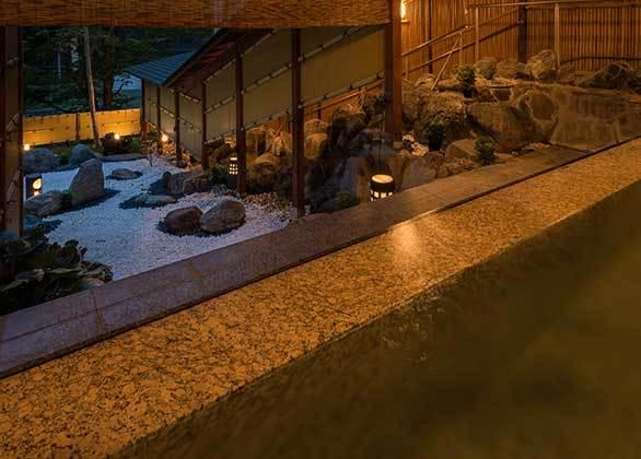 【湯酔郷 露天風呂】趣のある庭園を眺めながら渓流のせせらぎに耳を傾ける。贅沢な入浴をお楽しみ下さい。
