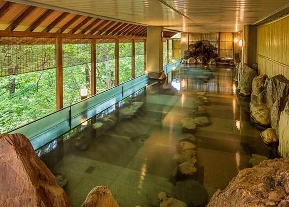 【湯酔郷 露天風呂】静かな自然が演出する露天風呂は、鳥のさえずりや森をくぐりぬける風の音を聞きながらご入浴いただけます。