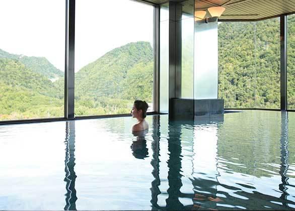 【新館16階 星天】全国でも例を見ない高さに設けられた展望大浴場です。