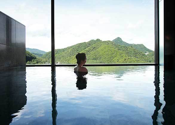 【新館16階 星天 展望風呂】定山渓の景観を眺めながらゆったりと浸かって頂く事ができます。静かに流れる時間と空間をご堪能下さい。