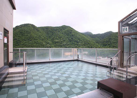 【新館16階 星天 屋上露天風呂】定山渓の景観を眺めながらゆったりと浸かって頂く事ができます。静かに流れる時間と空間をご堪能下さい。※男女入替え