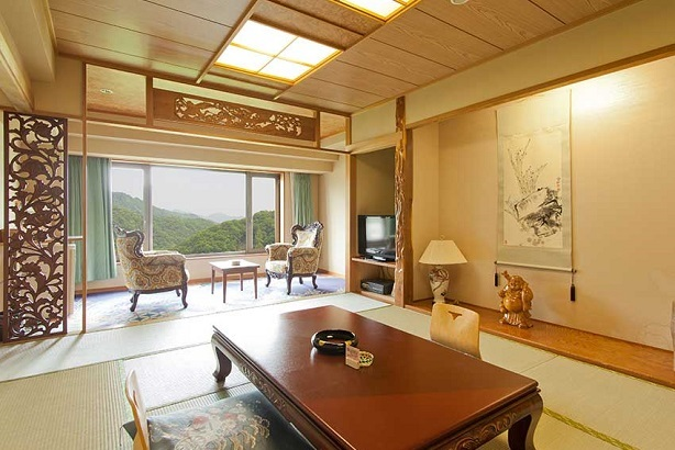 【和 室】最高級の贅と日本情緒豊かな風情。新館、そして本館の二つでしつらえの異なる様々なお部屋をご用意しております。それぞれの特徴に合わせて、お好きな部屋をお選び下さいませ。