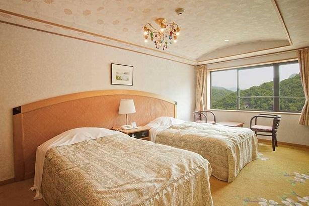 【洋室】高級感あふれるつくりが魅力の洋室は、洋風な雰囲気の中にもしっかりと寛げる要素を配したお部屋となっております。
