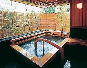 【貸切露天風呂】貸切露天もこんなに広い「び~どろの湯」。プライベートな時間をご満喫下さい。