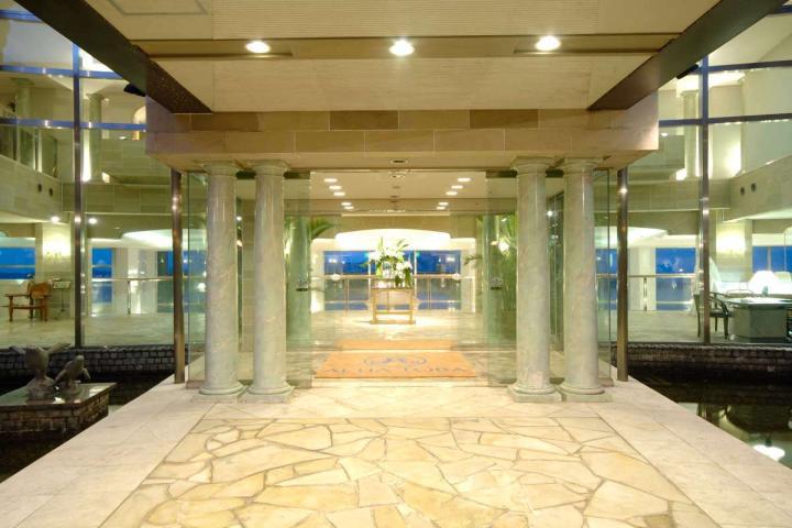 ホテル正面玄関を入ると目の前に広がる鳥羽湾!
