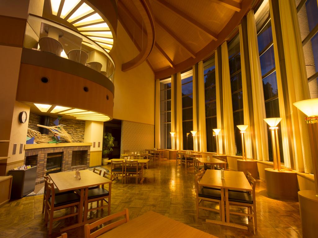 吹き抜けの喫茶スペースは開放感があります。