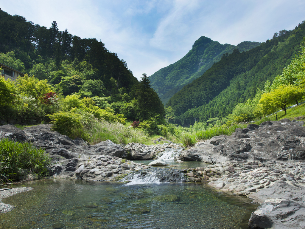 ホテル目の前で川遊び♪香肌峡では年齢を問わず自然体験が楽しめます