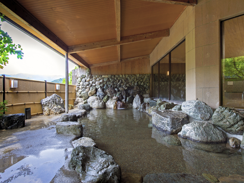 周囲の大自然を眺めながら露天風呂を楽しみください