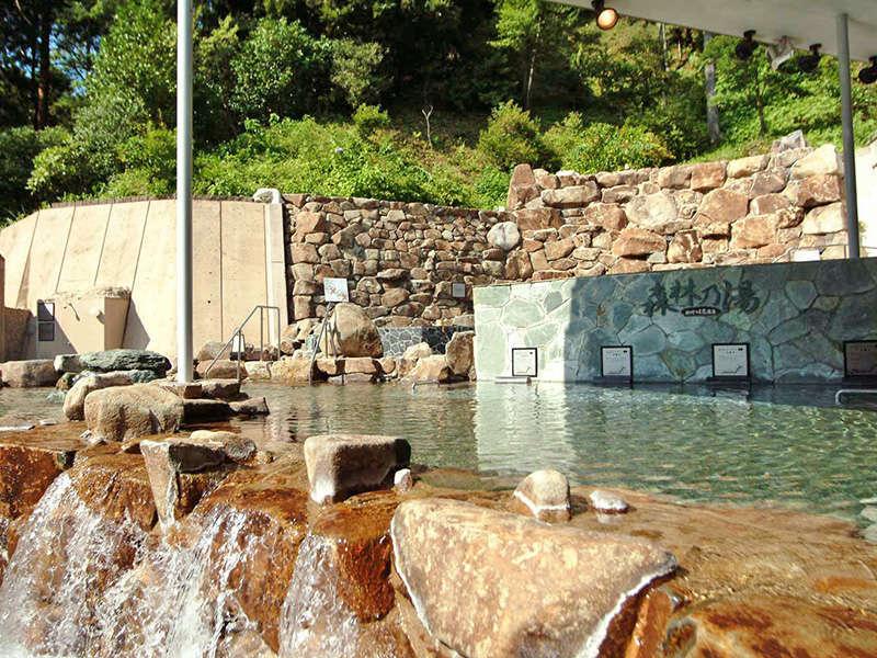 <外湯の大露天風呂>ひろびろした開放的な大露天風呂で、森林の湯あみをゆったりと。