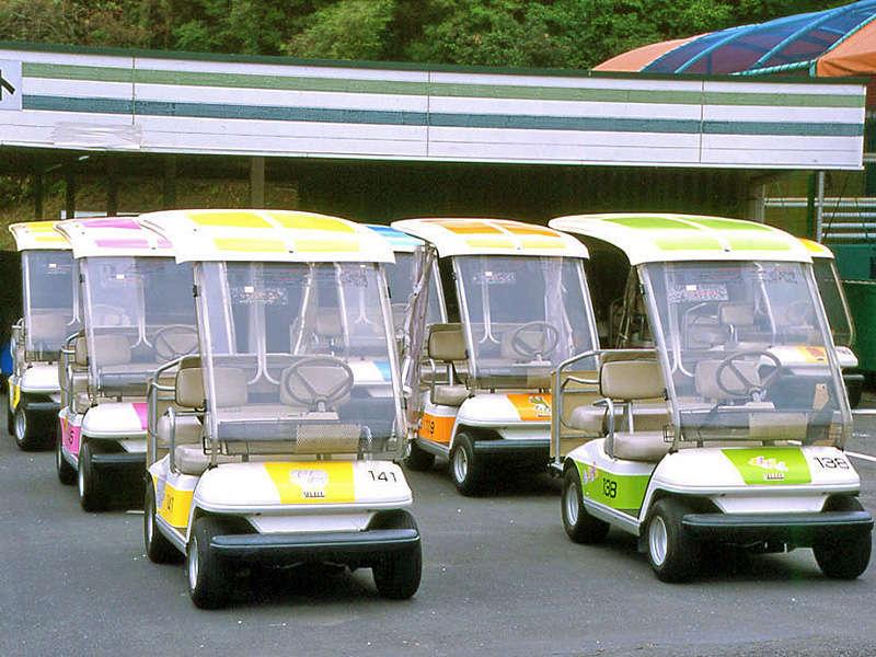 <ランドカー>広大な敷地面積の園内を移動するのに大変便利なランドカー。