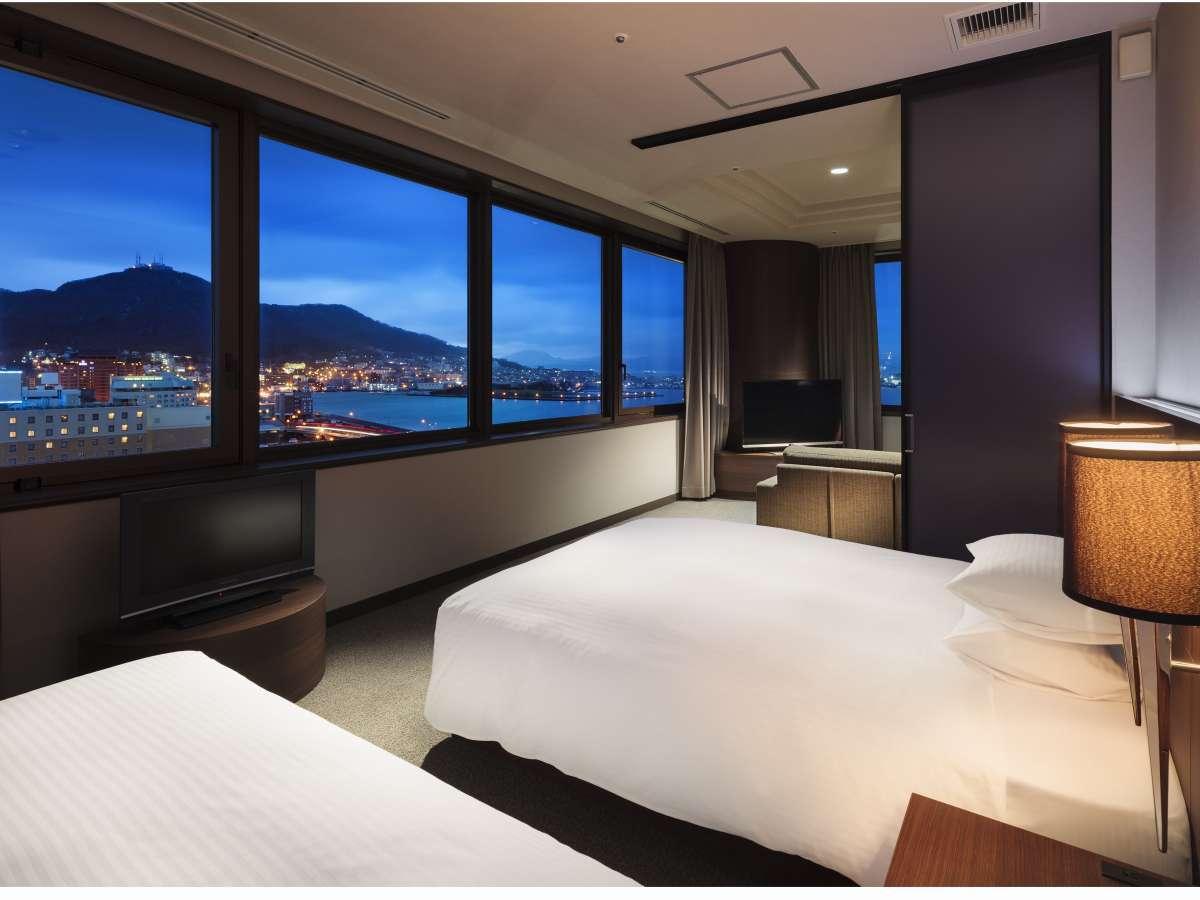 【夜景スイートルーム】夜景スイートツインでは函館の風景を一望することができます。お部屋の窓から見る風景はまるで絵画を見ているようです。パノラマビューを体感できます。