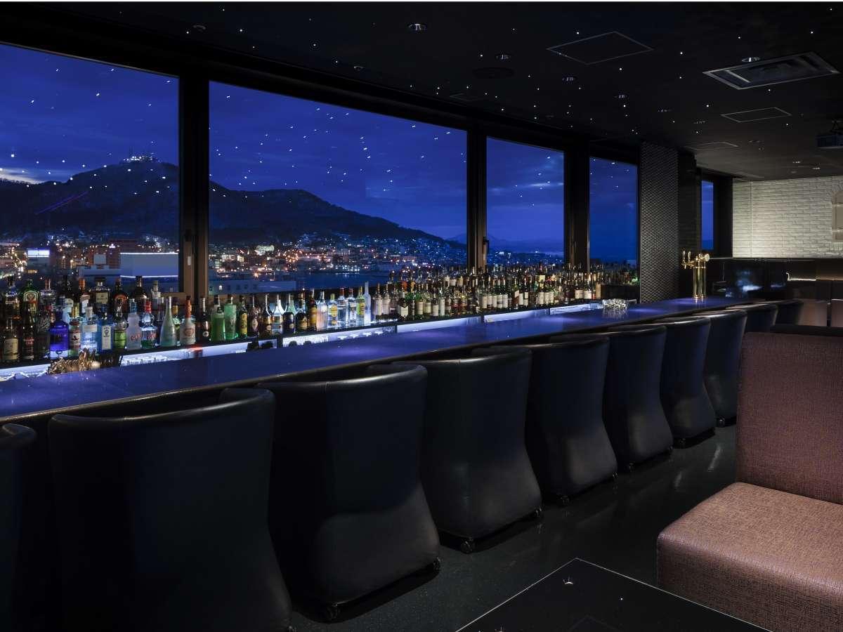 【エステラード】最上階の夜景バーでは煌く函館山を一望できます。