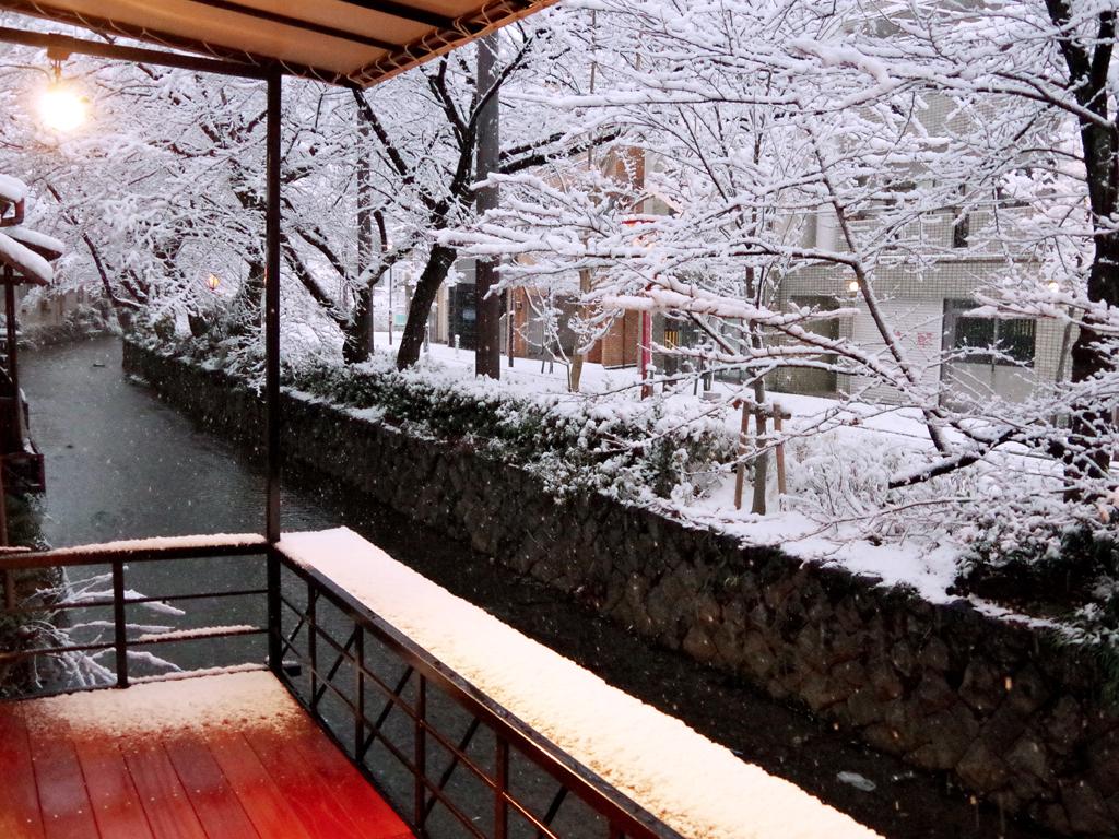 テラスから雪化粧の木屋町通