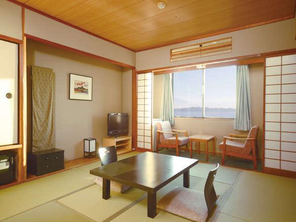 10畳の海側禁煙和室です。お布団は、客室係りが敷きに伺います。