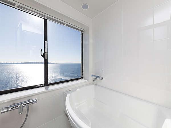 6階630号室のビューバスからの眺めです。鏡ヶ浦を一望、天気が良ければ、伊豆大島も見る事ができます♪