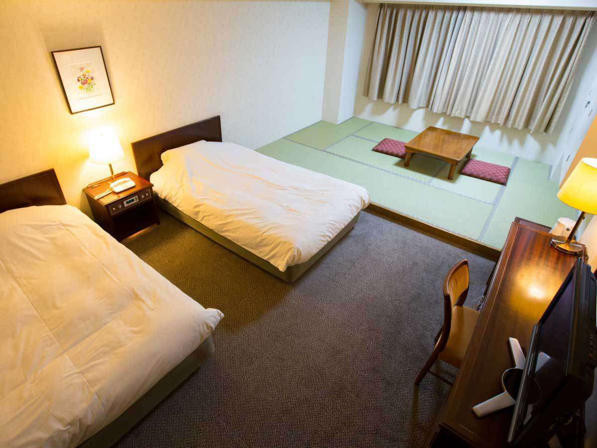 【ファミリールーム】ベッドと畳間が一緒になったお部屋です。