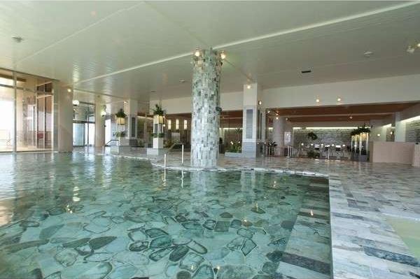 大浴場の床や壁面に約7割の天然翡翠を使用しています。