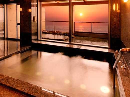 日本海を望む男女浴場