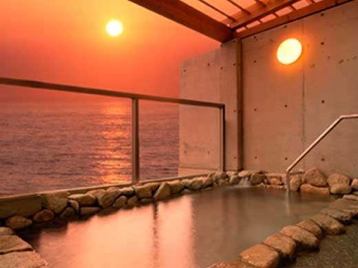 日本海に沈む夕日を眺めながら…。