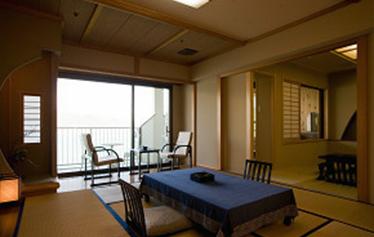 写真:滝見亭露天風呂付客室(和室10畳+6畳バス・トイレ付)