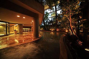 写真:大浴場 四季の湯 夜