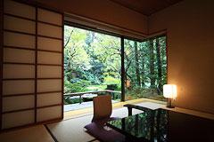 写真:離れ 庭園に面した客室