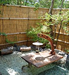 写真:有為の奥山 テーブルを配した露天風呂