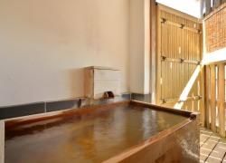 写真:小さめ檜風呂