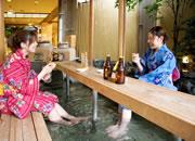 写真:色浴衣と足湯