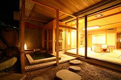 写真:庭園露天風呂付特別客室「萌葱」