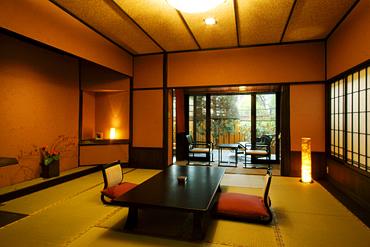 写真:「別邸れとろ」坪庭・露天風呂付き和モダン客室